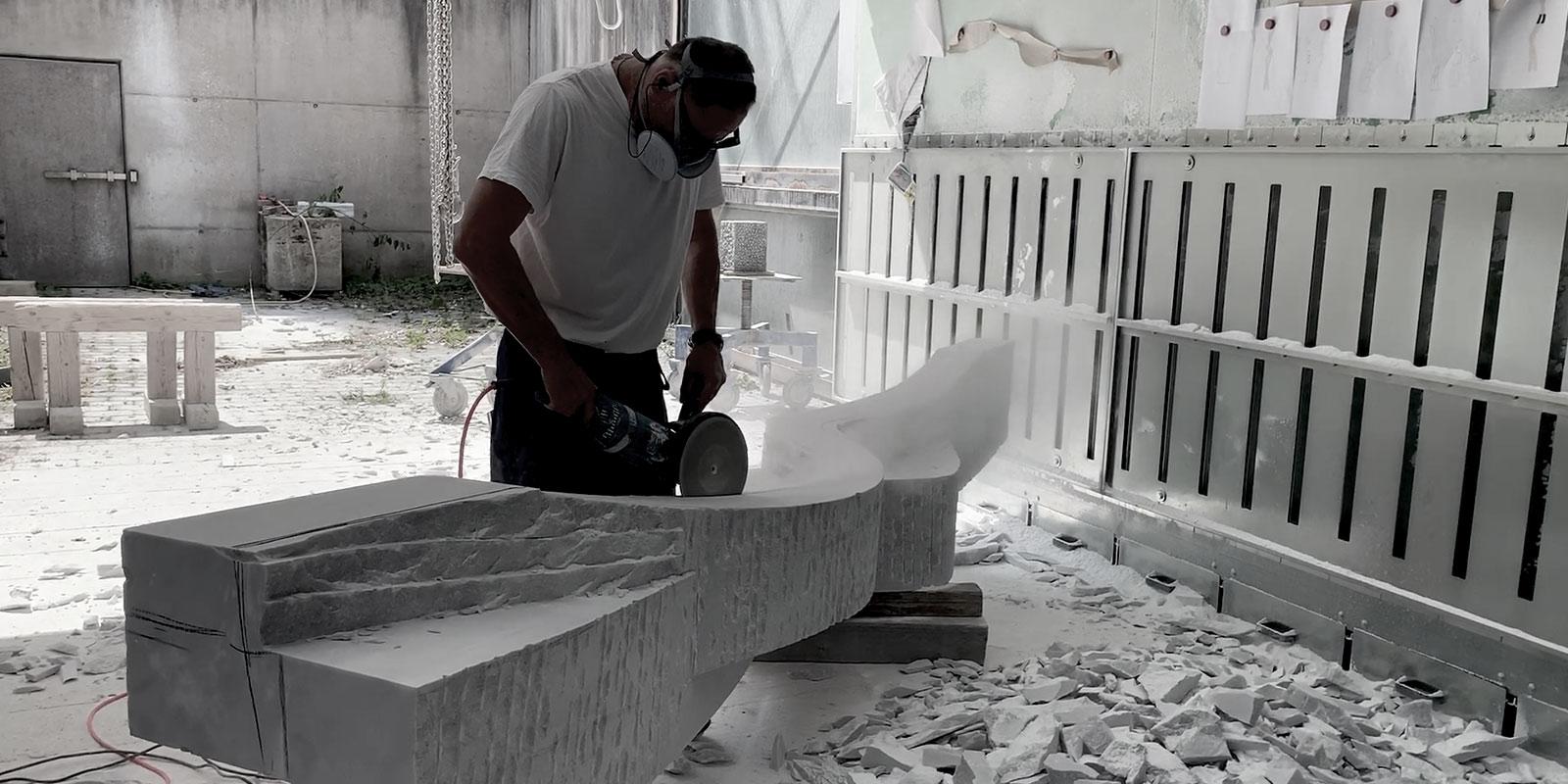 Frank teufel beim arbeiten, zsuchneiden Marmor Skulptur