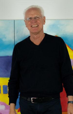"""Ulrich Lipp im Studio """"Das Idyll"""" im Hintergrund"""